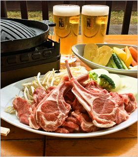 ジンギスカンとビールで乾杯!柔らかい肉質の「骨付きチョップ」を生ビールととも