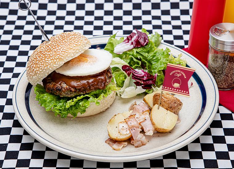 SNIPER BURGER(赤井秀一) ビーフパテに目玉焼きとデミグラスソースをトッピングしたハンバーガー。赤井のピック付き。 単品 :1,599円(税込1,759円) アクリルキーホルダー+500円(税込550円)