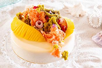ライチムースに、マンゴー、パッション、グアバ、バナナ、アボカド、ライム、赤すぐりのジュレを合わせた爽やかな味です。