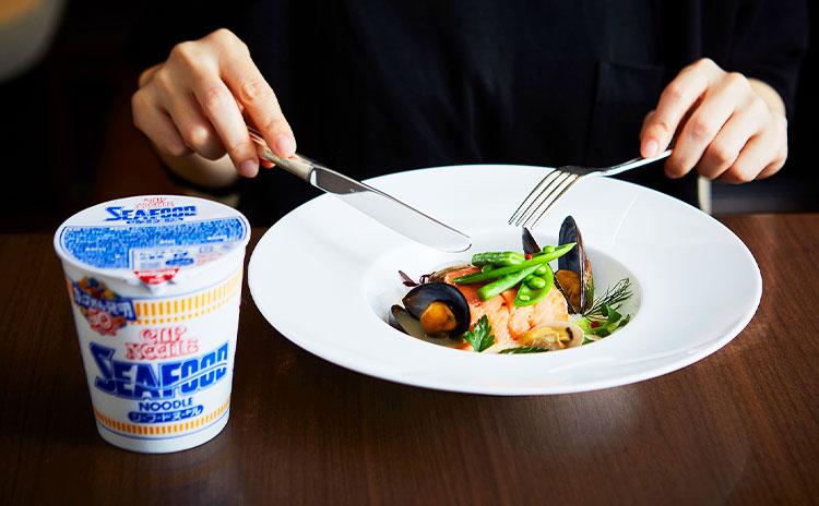 シーフードヌードルを詰めたスモークサーモンと白身魚のファルス スープ仕立て