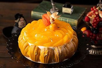 オレンジコンフィ―とキャラメリゼした胡桃をサンドしたショートケーキ。