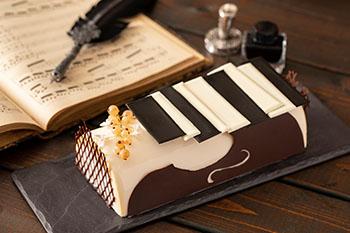 ヘーゼルナッツのダックワーズの上にはコーヒームースとメープルを利かせたマスカルポーネのクリームを合わせました。チョコレートで作るピアノの鍵盤のようなアレンジがユニーク。
