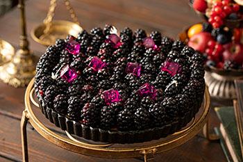 ブラックベリーのタルト。ほんのり黒糖を利かせたカスタードクリームに、ブラックベリーとマディラワインのジュレをトッピング。