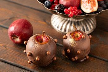 キャラメルミルクチョコレートにシナモンを利かせたチョコレートファウンテンで仕上げる姫リンゴ。ぱちぱちやカリカリをトッピングした刺激的な味わい。