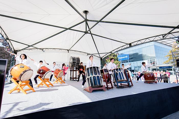 和太鼓団体 空龍 「空龍」は、2000年に結成された活気あふれる和太鼓グループです。 和太鼓の他に、担ぎ桶胴太鼓なども取り入れ、日本古来の伝統を大切 にしつつも、リズミカルな新しい音楽を演奏しています。 当日は力強い和太鼓の演奏で、参加ランナーを応援していただきます!