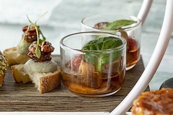 ブルーチーズのホイップと無花果ジャムのブルスケッタのオープンサンド ナスとエリンギにスイートサワーサラダ